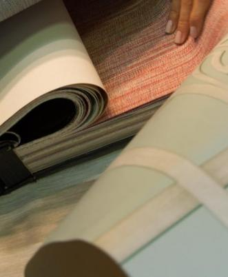 Pose de papiers peints, tissus et peintures